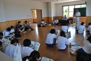 「富山湾を愛する会」石森先生の講義を受ける射北中学校の生徒