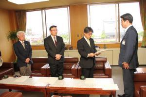 岡田会長から夏野市長への答申書の手交